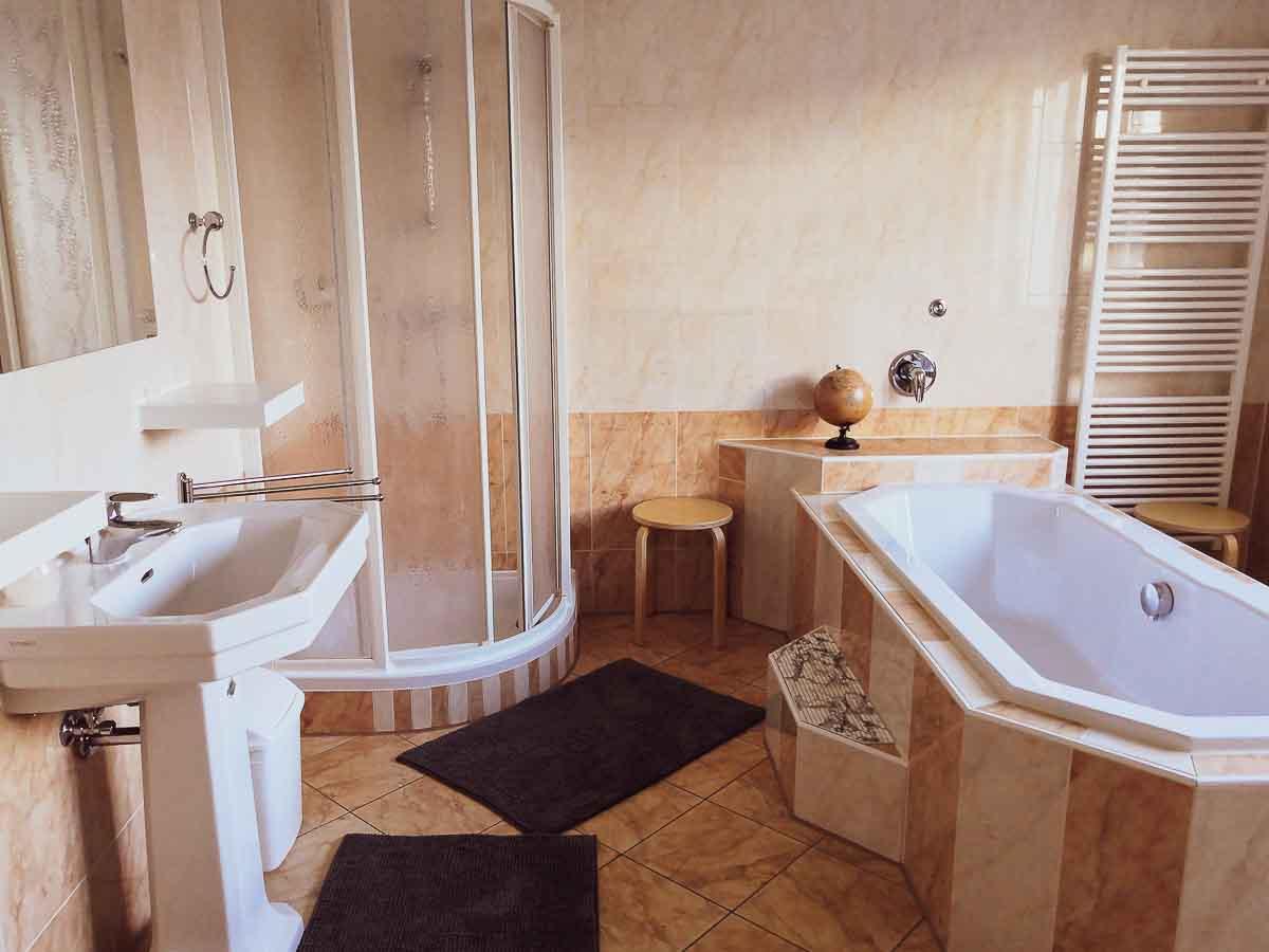 Badezimmer mit großer Badewanne und Waschmaschine