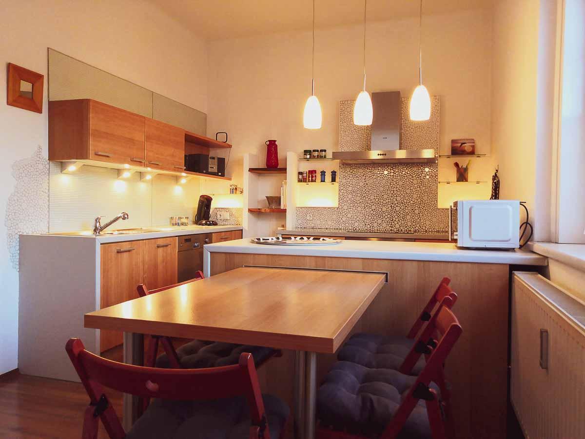 Küche mit Esstisch und Speisekammer