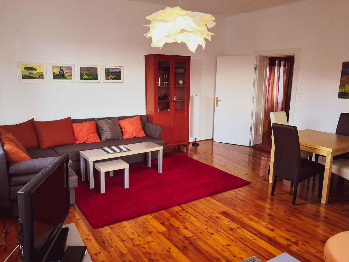 Wohnzimmer_TV_graue_Couch