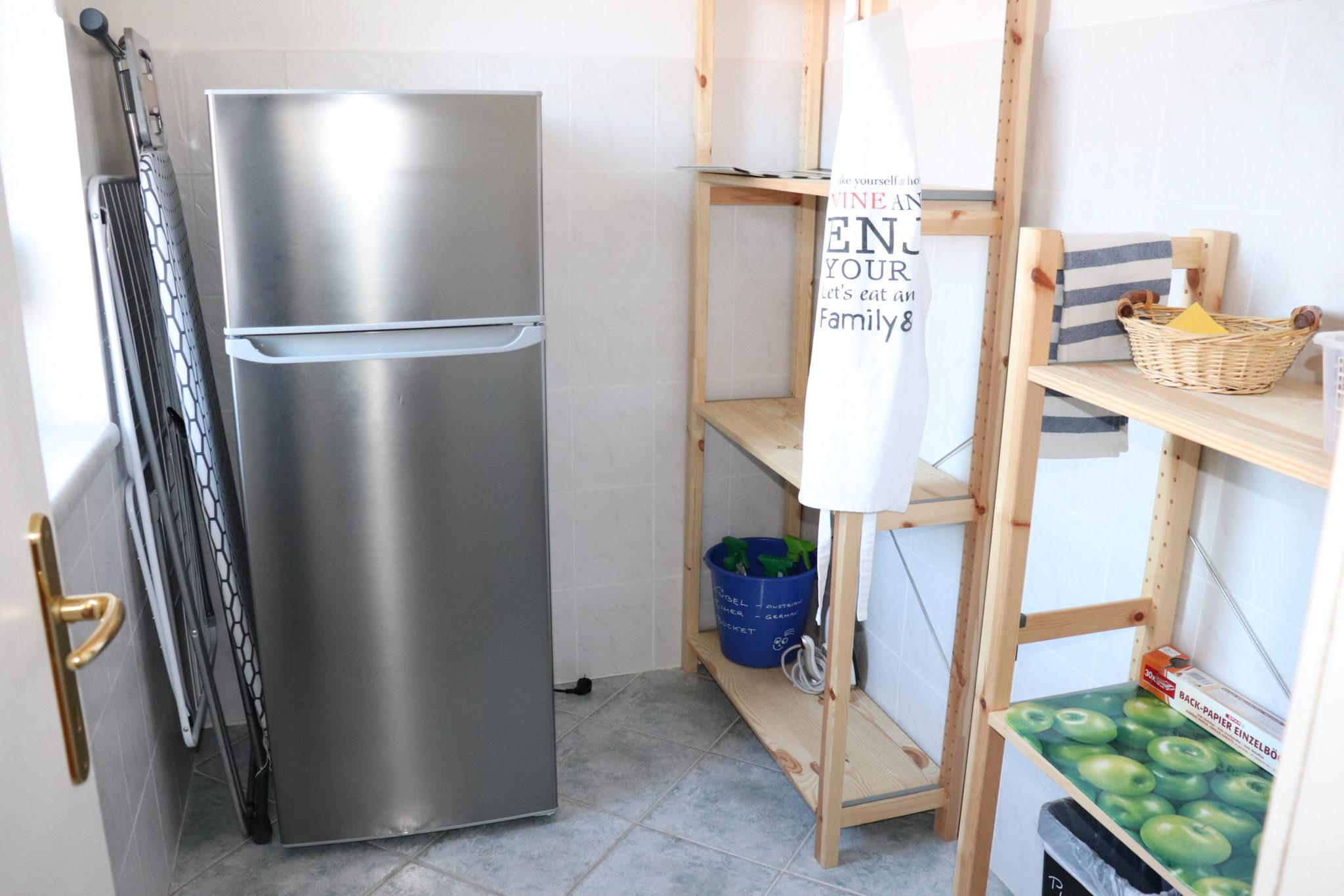 Speisekammer mit Kühlgefrierschrank